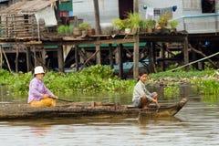 Villageois de sève de Tonle sur un bateau Photos stock