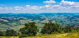 Villages de montagne dans le carpathien images libres de droits