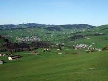 Villages Weissbad et Schwende ou mourir und Weissbad d'Ortschaften Schwende dans la région d'Appenzellerland photos stock