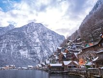 Villaggi alpini Hallstat nel moutain della neve di stagione invernale dell'Austria variopinto Fotografia Stock