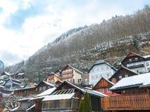 Villaggi alpini Hallstat nella casa variopinta del moutain della neve di stagione invernale dell'Austria Fotografia Stock Libera da Diritti