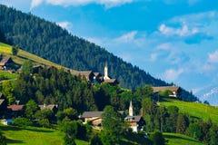 Villaggi alpini tipici nelle alpi del Tirolo sul tramonto Fotografia Stock