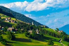 Villaggi alpini tipici nelle alpi del Tirolo sul tramonto Fotografia Stock Libera da Diritti