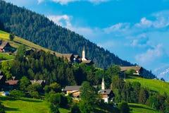 Villaggi alpini tipici nelle alpi del Tirolo sul tramonto Immagini Stock Libere da Diritti