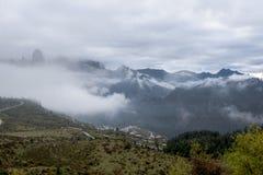 Villaggi circondati dalle montagne di mattina Fotografia Stock Libera da Diritti