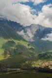 Villaggi di Gergeti e di Stepantsminda nella regione di Kazbegi con roccioso Fotografia Stock Libera da Diritti