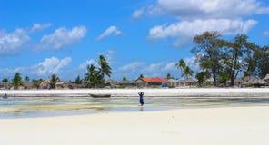 Villaggio africano a distanza sulla spiaggia Fotografie Stock