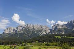 Villaggio al piede delle alte montagne Fotografie Stock