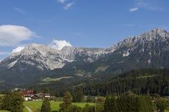 Villaggio al piede delle alte montagne Immagini Stock Libere da Diritti