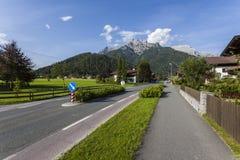 Villaggio al piede delle alte montagne Immagine Stock