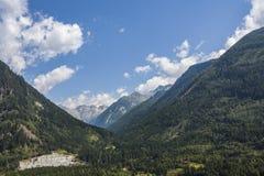 Villaggio al piede delle alte montagne Fotografia Stock Libera da Diritti