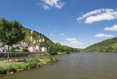 Villaggio Alf lungo il fiume tedesco Mosella fotografie stock libere da diritti