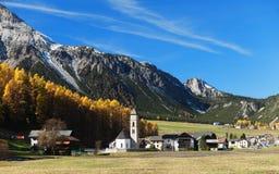 Villaggio in alpi svizzere Immagini Stock Libere da Diritti
