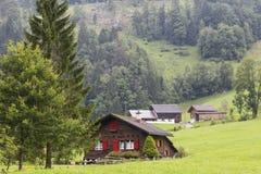 Villaggio alpino Alpi svizzere ad estate switzerland Immagini Stock