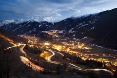 Villaggio alpino circondato dalle montagne Immagini Stock Libere da Diritti