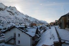 Villaggio alpino del passaggio nell'inverno Immagini Stock Libere da Diritti