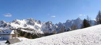Villaggio alpino e panorama delle montagne Fotografie Stock Libere da Diritti