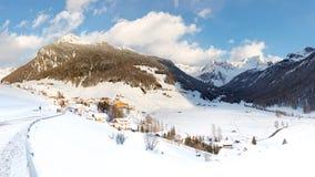 Villaggio alpino idilliaco nell'inverno Immagini Stock Libere da Diritti