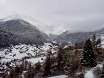 Villaggio alpino il giorno nuvoloso Fotografia Stock Libera da Diritti