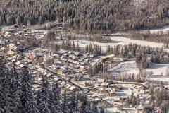 Villaggio alpino nell'inverno Immagine Stock