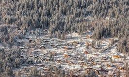 Villaggio alpino nell'inverno Immagini Stock