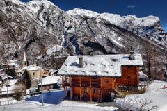 Villaggio alpino nell'inverno un giorno soleggiato Fotografia Stock