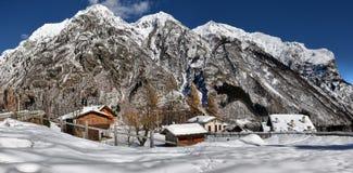 Villaggio alpino nell'inverno un giorno soleggiato Immagini Stock