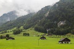 Villaggio alpino nella nebbia Alpi svizzere switzerland Fotografia Stock Libera da Diritti