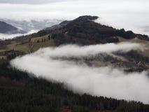 Villaggio alpino nella nebbia La Francia, rhone-Alpes Immagine Stock