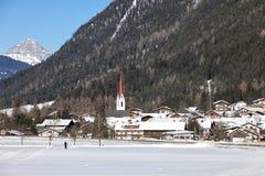 Villaggio alpino nella neve Immagini Stock