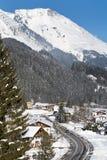Villaggio alpino nella neve Immagini Stock Libere da Diritti