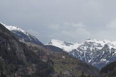 Villaggio alpino nella vista scenica Fotografia Stock Libera da Diritti