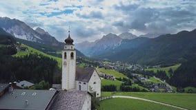 Villaggio alpino nelle dolomia stock footage