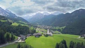 Villaggio alpino nelle dolomia video d archivio