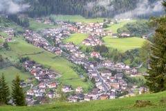 Villaggio alpino nelle nuvole della foschia Immagini Stock Libere da Diritti