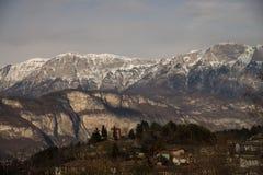 Villaggio alpino Povo Trento della città in noioso italiano rurale della luce di inverno Fotografia Stock Libera da Diritti