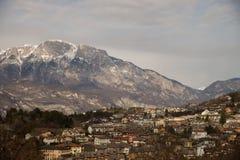 Villaggio alpino Povo Trento della città in noioso italiano rurale della luce di inverno Fotografia Stock