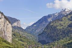 Villaggio alpino svizzero in una valle della cascata nell'area di Interlaken Fotografia Stock