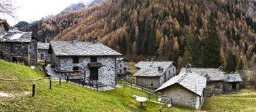 Villaggio antico nelle montagne Fotografia Stock Libera da Diritti