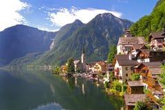 Villaggio austriaco della riva del lago di Hallstatt Immagine Stock
