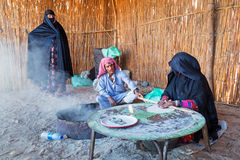 Villaggio beduino sul deserto nell'Egitto fotografia stock