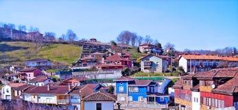 Villaggio Cangas de Onis nel Picos de Europa fotografie stock libere da diritti