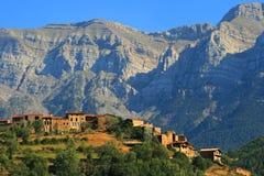 Villaggio catalano appollaiato in Sierra del Cadi Fotografia Stock Libera da Diritti
