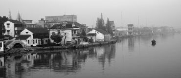 Villaggio cinese dal lago Fotografia Stock Libera da Diritti