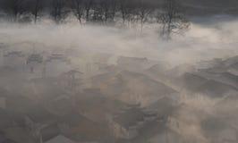 Villaggio cinese in nebbia di mattina Immagini Stock