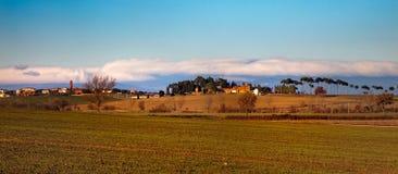Villaggio con i cipressi in Umbria, Italia Fotografie Stock Libere da Diritti