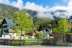 Villaggio con il fondo dei picchi delle alpi delle montagne Fotografie Stock Libere da Diritti