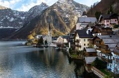 Villaggio con il fondo iconico della chiesa, del lago e della montagna immagini stock libere da diritti