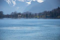 Villaggio con il lago ed il fondo delle alpi Fotografia Stock Libera da Diritti