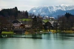 Villaggio con la gamma delle alpi ed il fondo del lago immagini stock
